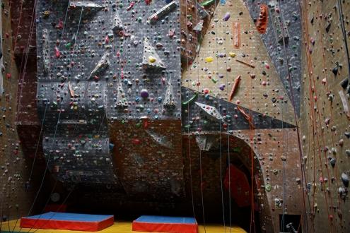 <p>Bien que d'une hauteur de 15 mètres, le gros dévers est long de 22 mètres, les voies sont donc très résistantes et cela prépare très bien pour la falaise.  Le début des voies est souvent assez bien fourni en bonnes prises (inclinaison oblige), ce qui vous permettra de parfaire votre échauffement.  Une grande traversée faisant le tour de la salle vous permettra en plus de vous entraîner dans le bas du mur, votre continuité s'en souviendra.</p>