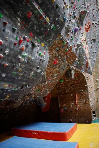 """<p>L'arche est une zone très intéressante car en quelques mètres, on peut grimper dans différentes inclinaisons : mur, arrête, gros dévers et même toit horizontal.  L'ouverture carrée dans le mur est l'entrée de la """"via cordatta"""" (les jeunes adorents).  Beaucoup de grimpeurs terminent leur séance dans cette zone en essayant le départ de toutes les voies. Lorsque la voie traverse dés le départ, on peut grimper parfois 25 mouvements sans corde grâce aux tapis de chute.</p>"""