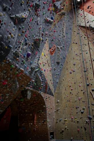 <p>Les différentes inclinaisons de la partie droite du gros dévers permettent des voies très techniques et complètes. Beaucoup de bons grimpeurs s'échauffent dans cette zone.  En général, les difficultés vont de 4+ à 7b. Quelques volumes ça et là agrémentent le mur et le rendent plus difficile à déchiffrer.</p>