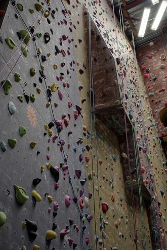 """<p>Voici la partie gauche de la salle sous un autre angle. Vous pouvez y distinguer les escaliers renversés ainsi que les dalles rouges qui les surmontent.  Au fond, il y a une superbe cheminée déversante à gravir en opposition. Les voies sont moins physiques que ça en a l'air mais votre technique et votre souplesse seront mises à rude épreuve.  Certains pourront se demander à quoi sert le trou dans le mur de la cheminée rouge. Il s'agit de la sortie de la """"via cordatta"""" et par la même occasion un repère pour la moitié du parcours. A cet endroit, vous avez une vue plongeante sur toutes les faces de la salle (ambiance impressionnante garantie). Ce trou d'environ 1m20 de diamètre sert aussi lors des montées comme point de repos (certains ont d'ailleurs éprouvé beaucoup de difficulté à en sortir !).</p>"""