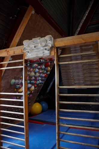 """<p>Voici la mezzanine et la zone d'entraînement.  Un """"Pan gullich"""", un autre pan, deux espaliers et deux poutres sont là pour vous entraîner les bras et doigts.  De cet endroit, vous avez aussi une vue plongeante sur la salle.</p>"""